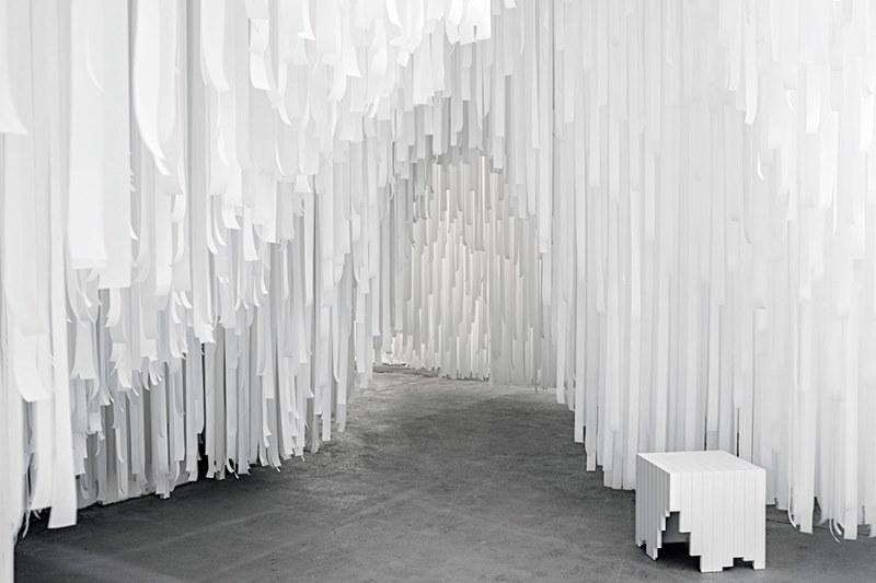 Milán 2015: Snarkitecture crea laberinto de cintas textiles para COS